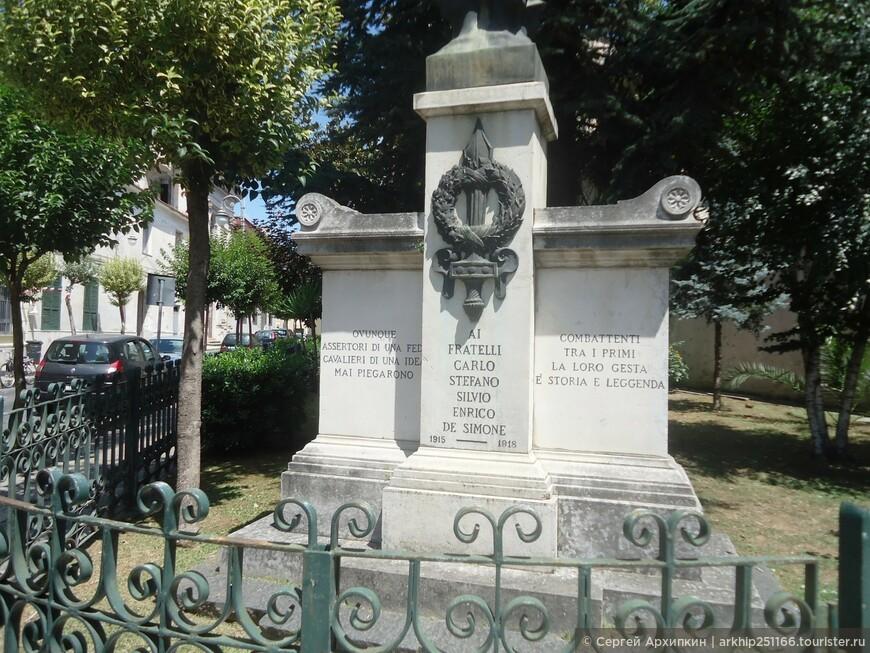 Тут же рядом я прошел памятникам итальянцам погибшим в Первую Мировую войну