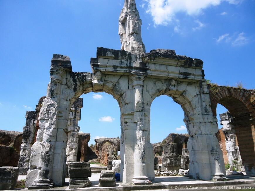 Во время норманнского  господства над Южной Италией в 11- 12 веках. часть стен пошла на сооружение норманнского Каменного замка.