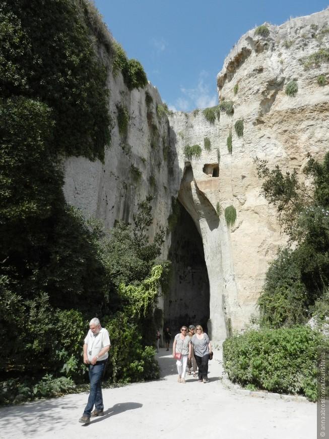 """Сиракузы. Археологический парк. Пещера """"Ухо Дионисия""""."""