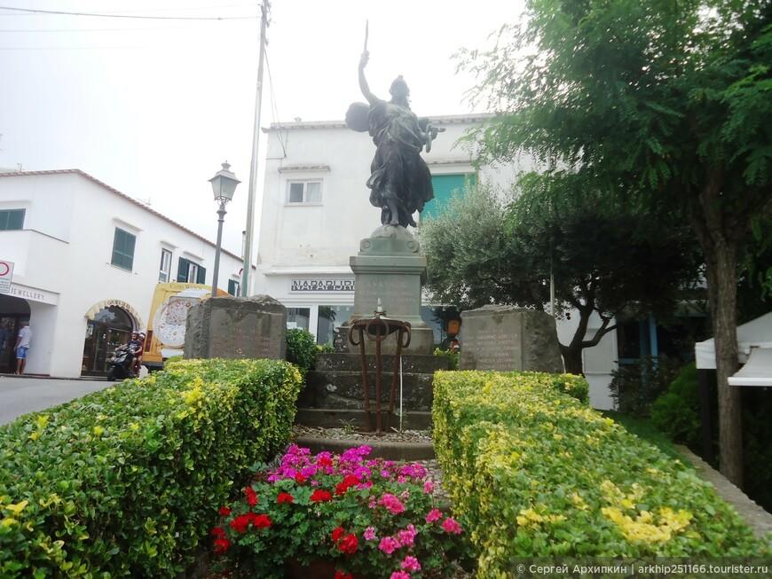 Памятник на площади Витторио в Анакапри, перед остановкой автобуса