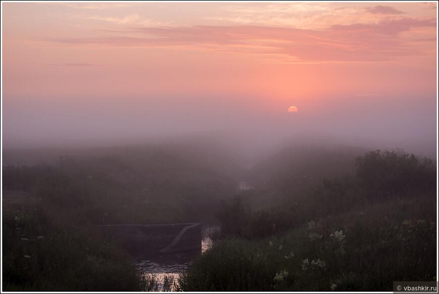 Восход над речушкой.