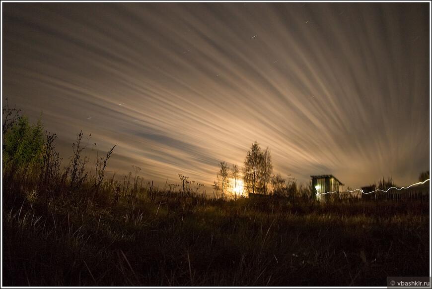 Вот и последнее фото дачного сезона 2014. Философско-жизненное. Ночной пейзаж с сортиром и следами звезд.