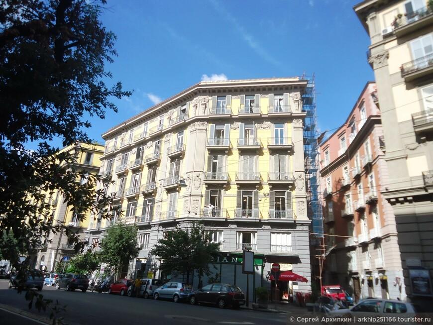 Сначала я спустился на станции метро - Garibaldi -на площади Гарибальди перед Центральным вокзалом Неаполя и сразу вышел на следующей станции -Universita