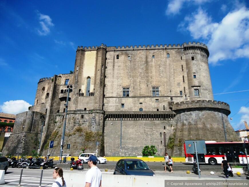 """Напротив касс Беверелло стоит могучий замок 13 века -"""" Новый"""" замок Неаполя"""