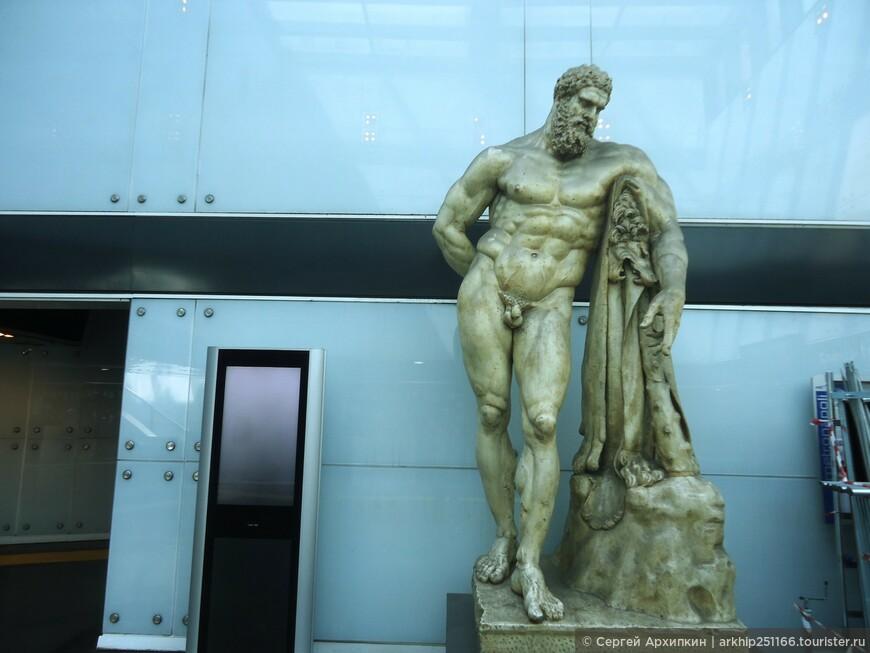 Кроме того, на некоторых станциях сделаны небольшие музеи, как на станции -Museo (на фото)