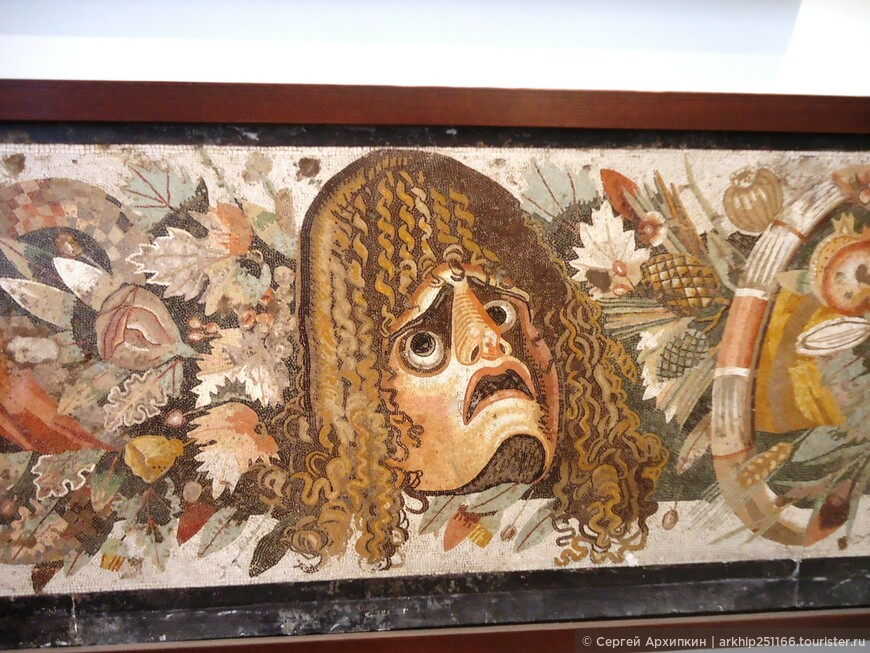 """Мозаика """"Маска - актера трагика"""" из дома Фавна в Помпеях ( 1 век нашей эры)"""