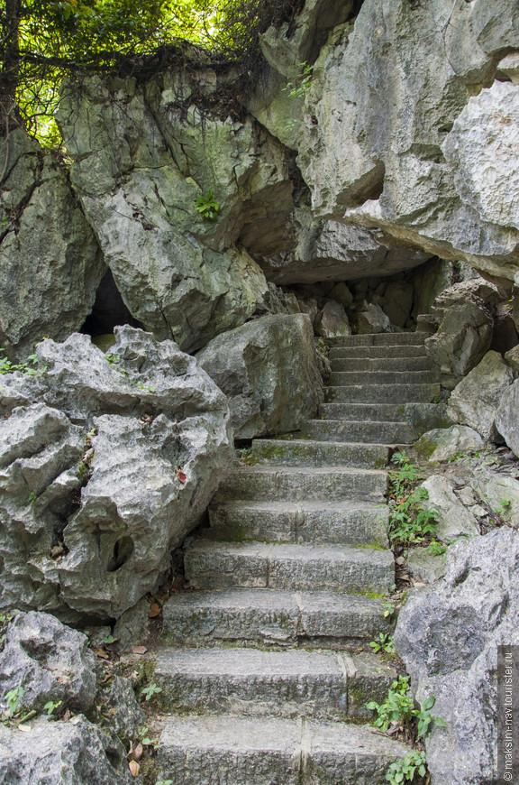 От входа в парк до пещеры идти примерно 10-15 минут, можно так же воспользоваться специальной монорейсовой дорогой, а можно по пути забраться повыше…