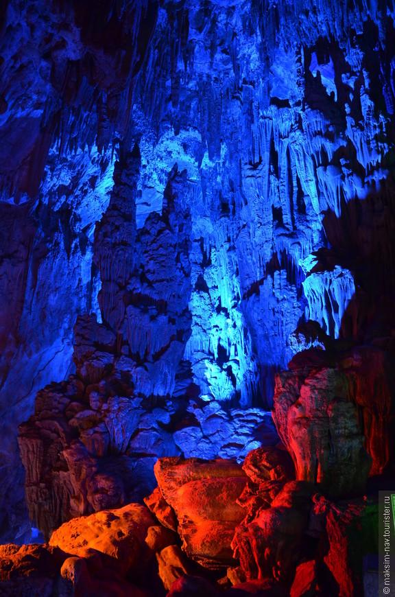Здесь хорошо видно большое количество свисающих со свода сталактитов.