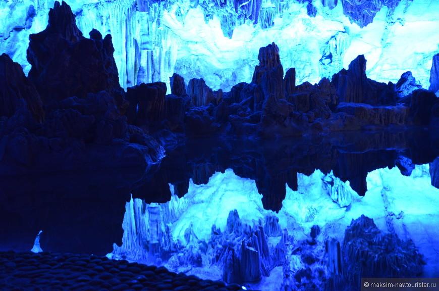 Озеро со спокойной стоячей водой. В его безмятежной глади отражается свод пещеры.