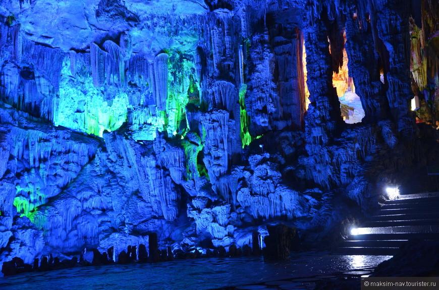 Подземное озеро является апогеем прогулки по пещере и далее дорожка ведёт к выходу.