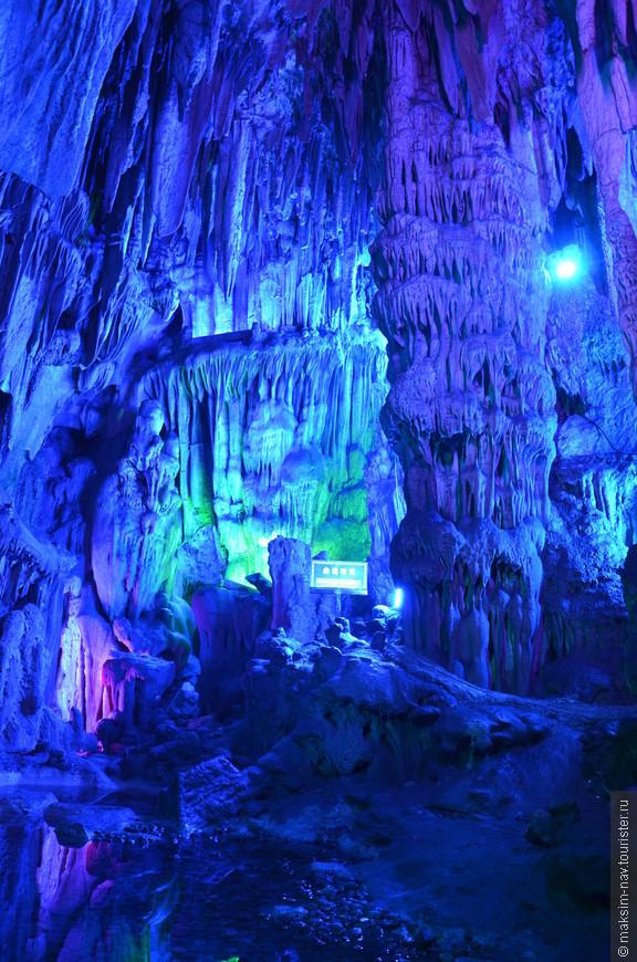 Открытый для туристов участок имеет длину 500 метров и опускается на глубину 200 метров. Тогда как реальные размеры пещеры в несколько раз больше.