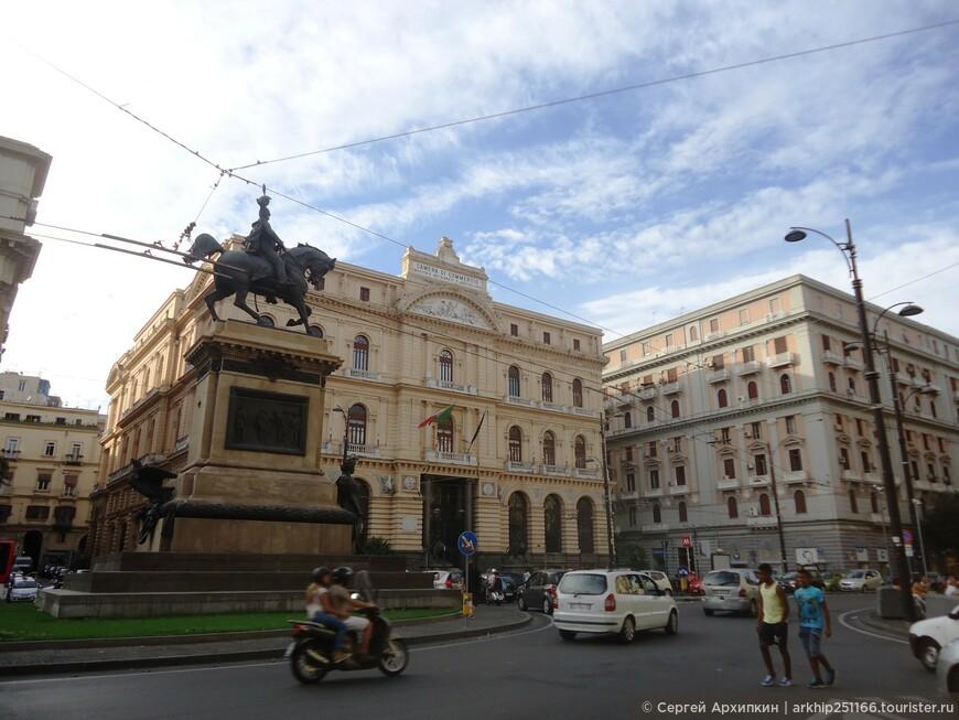 Поднявшись со станции метро наверх я оказался на площади - Piazza Giovanni Bovio