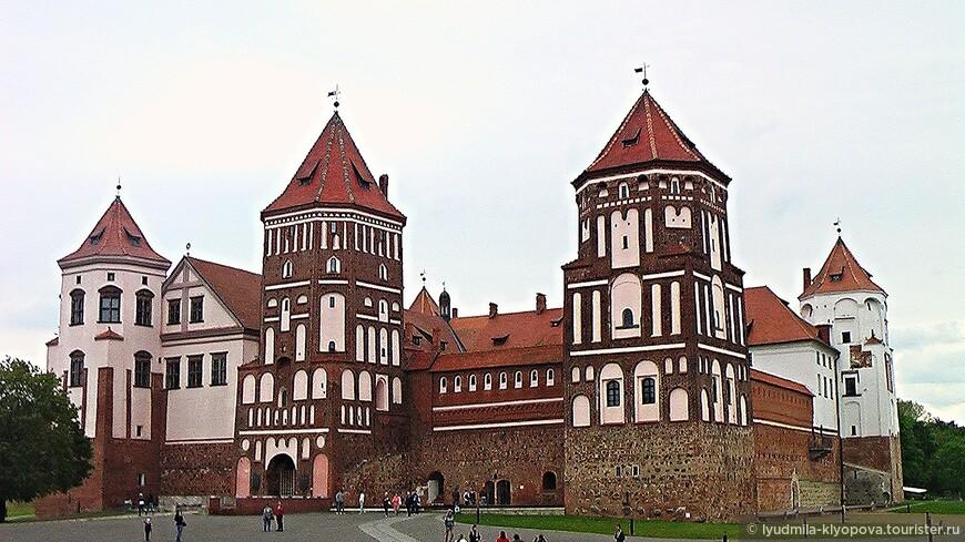 Поселок Мир упоминается впервые более чем за сто лет до появления замка. По некоторым сведениям, в 1395 г., когда крестоносцы во главе с гроссмейстером Тевтонского ордена Конрадом фон Юнгингемом, не взяв Новогрудка, напали на Лиду и Мир и опустошили их. В 1434 г. великий князь литовский Сигизмунд Кейстутович подарил Мир боярину Сеньку Гедыгольдовичу, от которого он перешел в 1490 г. к роду князей Ильиничей, уроженцев Могилевщины. Впервые Мирский замок письменно упоминается в 1531 году в судебных актах того времени (Литовская метрика) по поводу спора между сыновьями Юрия Ильинича за право наследования.