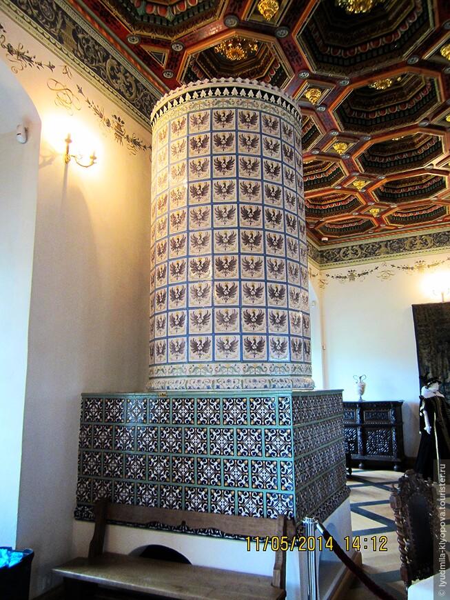 Фрагмент интерьера эпохи Радзивиллов. Изразцы украшены радзивилловскими орлами.