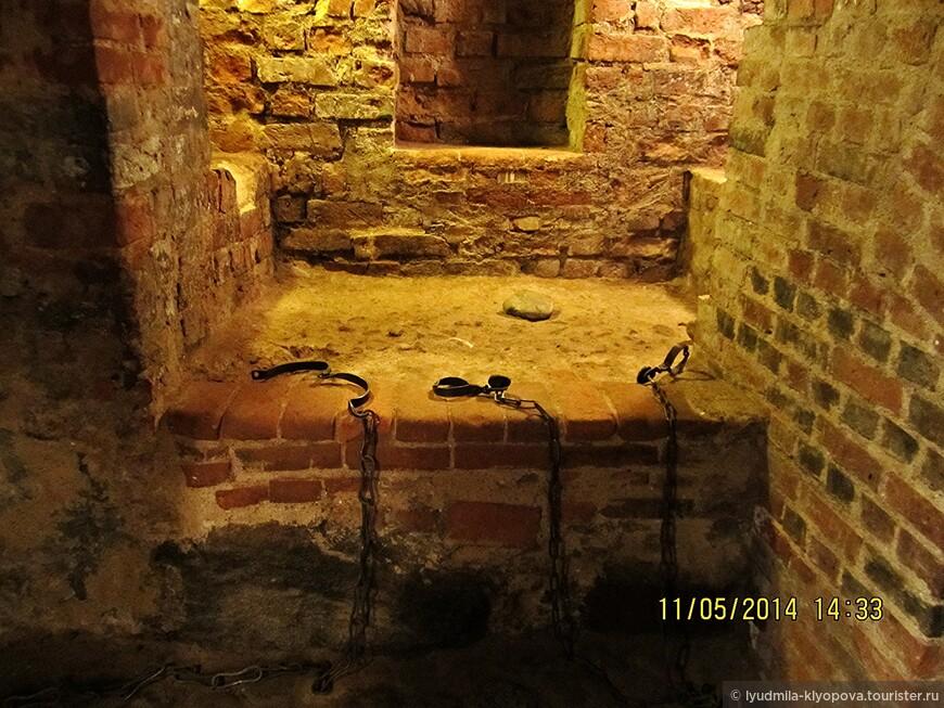 В подземелье центральной въездной башни размещалась тюрьма.