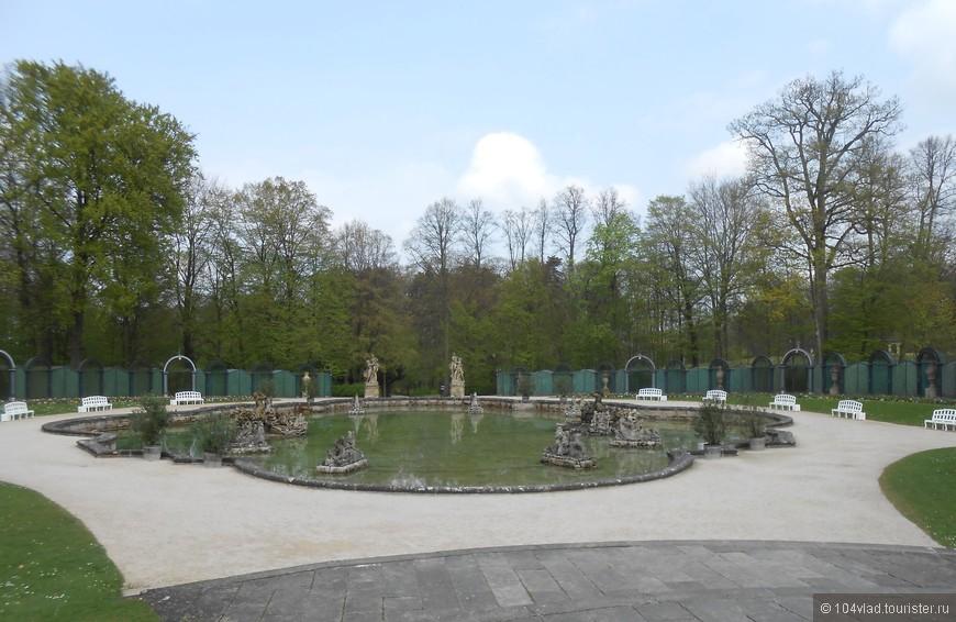 Площадь с фонтаном и скульптурами.