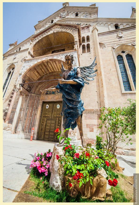 На входе вас встречает статуя ангела, судя по всему достаточно свежего исполнения.  Центральный вход был на реставрации.