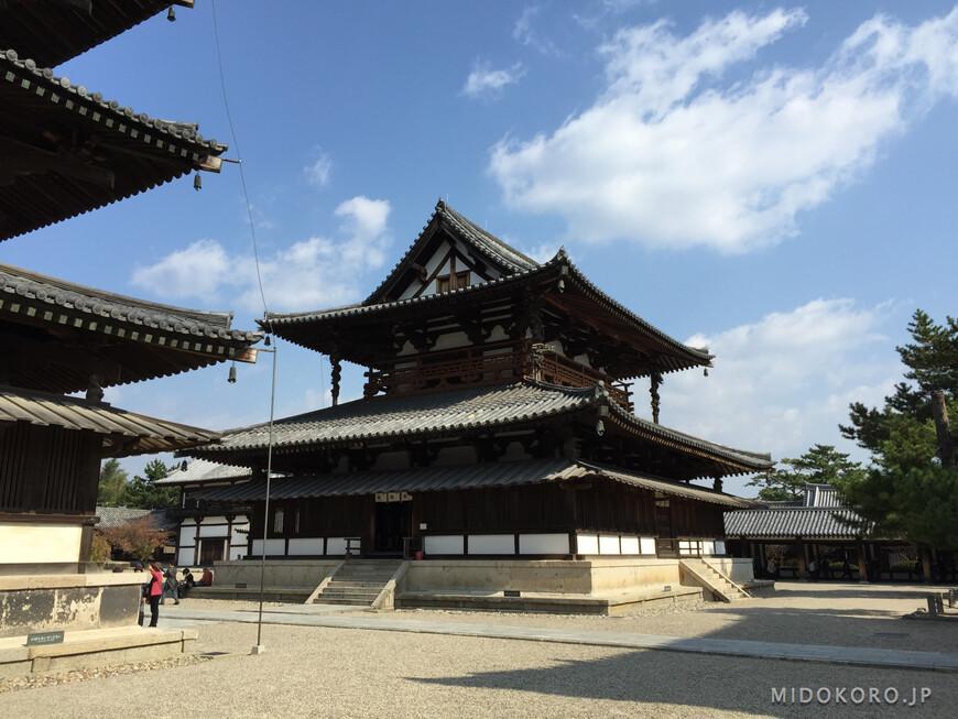 Внутри галереи стоят две старейшие постройки: Главный или Золотой храм - Кондо и пятиярусная пагода.
