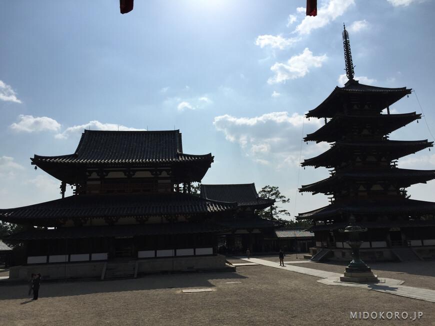 Посередине чуть севернее бронзовый фонарь эпохи Эдо.