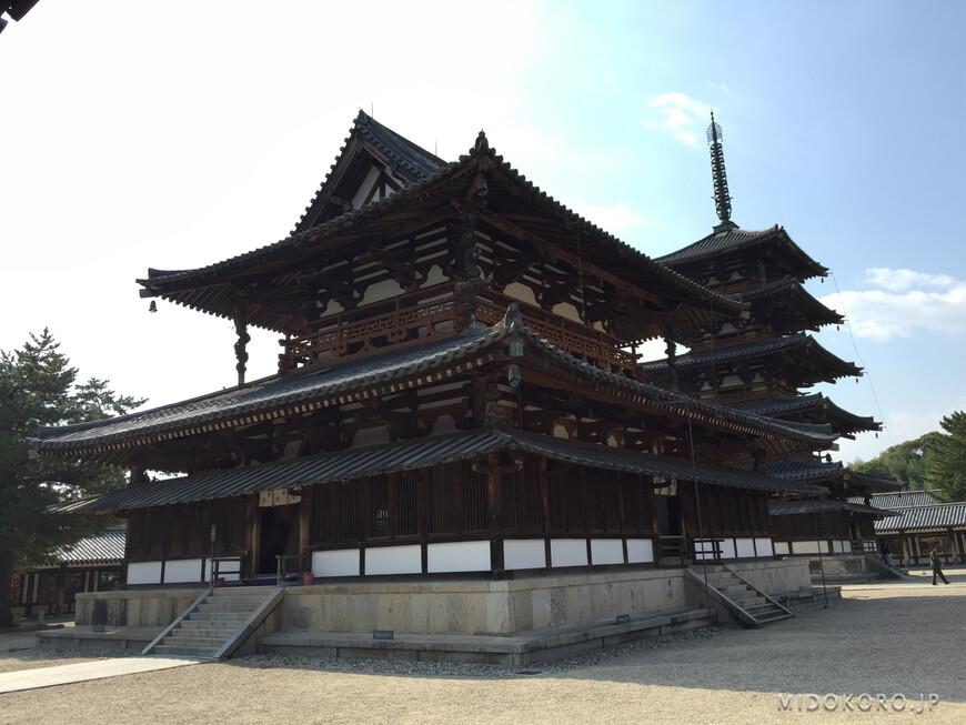 В Центральном (Золотом) павильоне находится главный образ храма - Триада Шакьямуни, отлитая из бронзы в 623 году, сейчас имеющий статус национального сокровища.