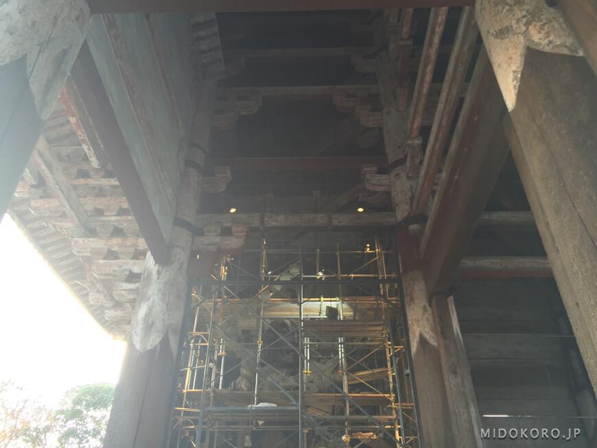 Один из стражников в Больших Южных воротах Нанадаймон храмового комплекса Тодайдзи сейчас реставрируется.
