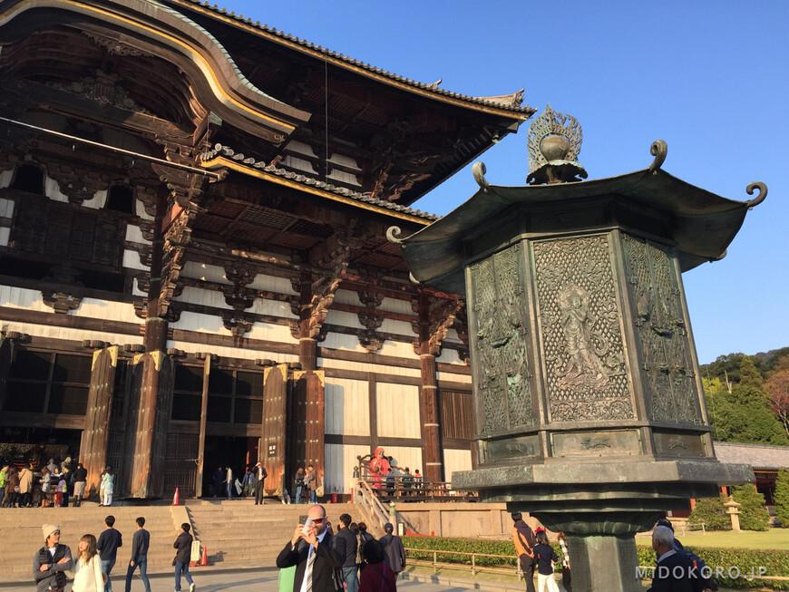 Бронзовый восьмигранный фонарь перед Павильоном Большого Будды - ровестник первого храма, он был отлит в 8 веке. Сейчас это памятник - национальное сокровище.