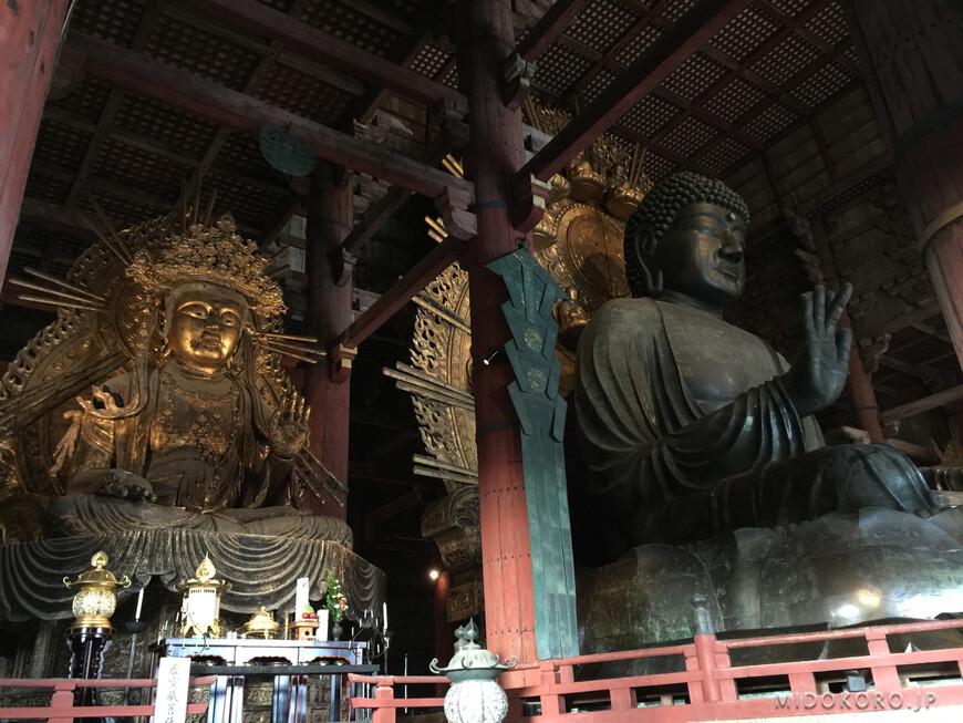 Внутри Дайбуцудэна на 3 метровом пъедестале восседает 15 метровая статуя Великого Будды МахаВайрочана.