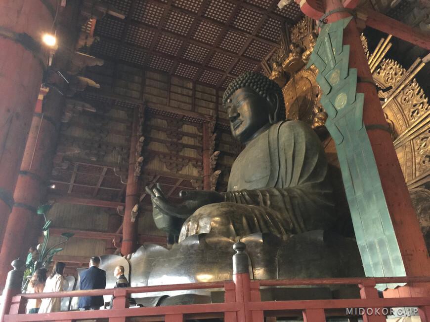Так-как храм разрушался несколько раз, от первоначальной статуи сохранилась лишь нижняя часть - Лотосовый трон и части ног. Верхняя часть датируется более поздним временем.