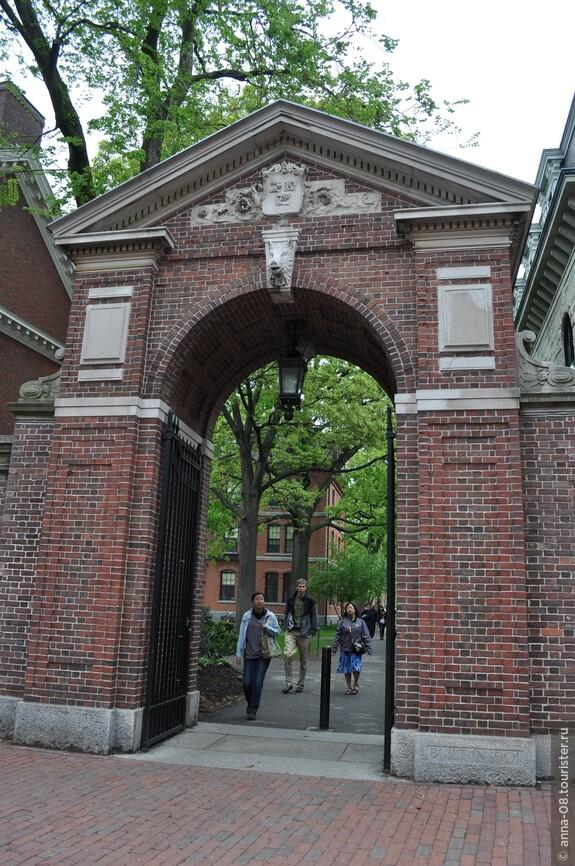 Это - вход на территорию главного кампуса Гарвардского университета, который размещается в парке Harvard Yard. Это главная цель нашей экскурсии.