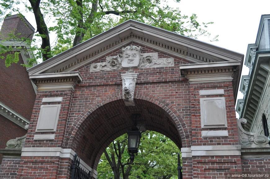 """Над воротами изображены три раскрытые книги, на которых написано """"VERYTAS"""" (истина), то же, что и на гербе университета. Гарвард входит в группу элитных американских университетов — Лигу плюща."""