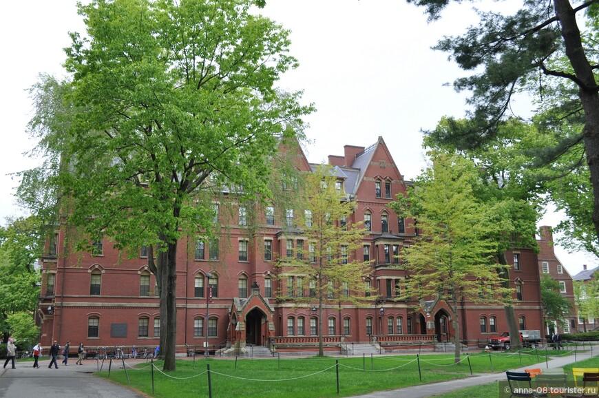 Большинство зданий кампуса это общежития. Все здания имеют названия, вот это общежитие называется Matthews Hall. Почти все студенты Гарвардского университета и колледжа с первого курса живут в общежитиях на территории кампуса, в пределах или вблизи парка Harvard Yard. Со второго курса студенты переселяются в дома  (House system), которые также являются подразделениями колледжа, но за пределами этого кампуса.