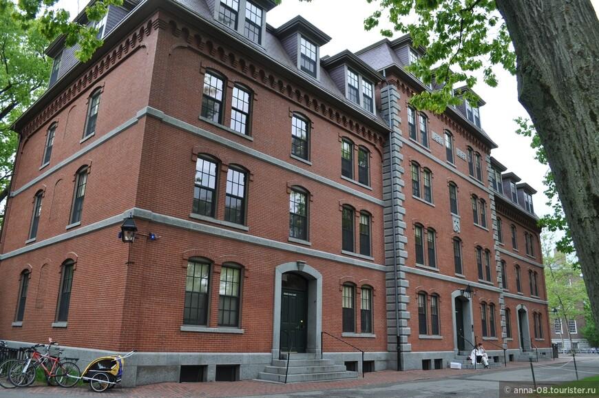 """А это - Grays Hall, открытый в 1863 году. Это первое здание с водопроводом в подвале, жители других зданий носили воду из колонок во дворе. Его называют """"Гарвардским Хилтоном"""". Например, в этом общежитии жила Натали Портман."""