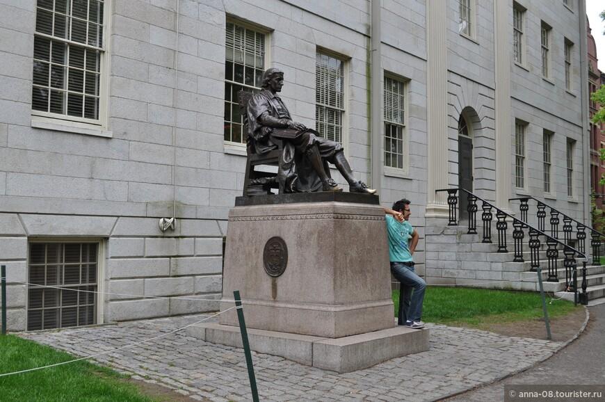 """Перед зданием Университетского зала стоит памятник Джону Гарварду, в честь которого университет получил своё название. Хотя на памятнике написано """"Джон Гарвард - основатель, 1638"""", он не был основателем, т.к. университет основан в 1636 году. Он пожертвовал университету половину своего состояния. Конечно, у студентов есть поверье об успешной сдаче экзаменов, если потереть носок туфли Гарварда, в результате тот отполирован до блеска."""