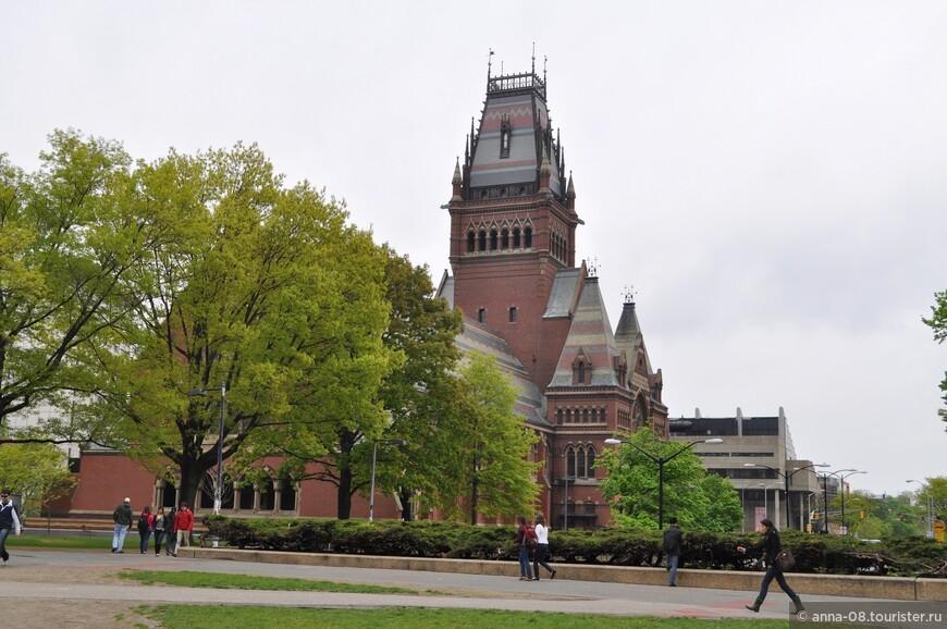 Самое красивое здание университета - Мемориальный зал, построенный в стиле викторианской готики в 1870-1877 году. Зал построен в память о выпускниках Гарварда, погибших за Союз во время гражданской войны.
