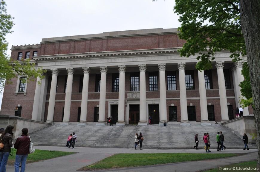 """Это университетская библиотека - Мемориальная библиотека Гарри Эткинса Вайденера. Здание построено матерью выпускника университета, погибшего на """"Титанике"""". Она передала университету и собрание редких книг своего сына."""