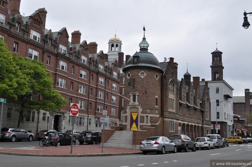 В Кембридже когда-то жил и писал известный американский писатель Генри Уодсворт Лонгфелло. Можно посетить его дом. Внешний и внутренний вид дома практически не изменились, он открыт для посетителей.