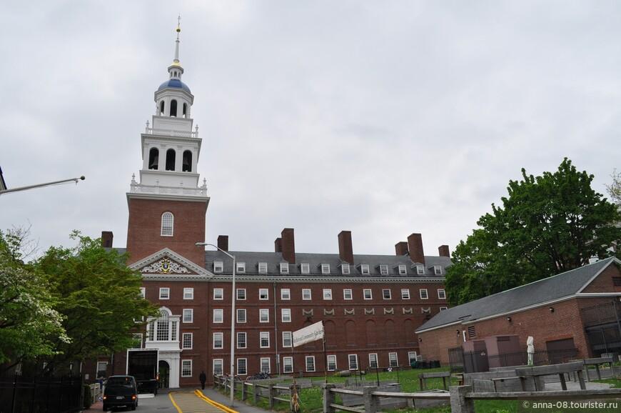 Это Лоуэлл Хаус - один из жилых домов для студентов Гарвардского колледжа, построенный в 1930 году. Назван в честь известной в Новой Англии семьи Лэуэлл, семьи первопоселенцев. Аббот Лоуренс Лоуэлл был президентом Гарвардского университета в период строительства этого здания. И это была его давняя мечта - обеспечить жильем в кампусе каждого студента Гарвардского колледжа на протяжении всего обучения. Нашим деятелям бы такие мечты!