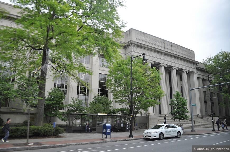 А это - здание Массачусетского технологического института, с которым Гарвардский университет находится в дружеском соперничестве.