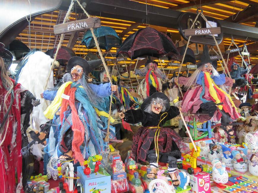 Пражане любят ведьмочек . Считается,что они отпугивают нечистую силу, заглянувшую в ваш дом.  www.gidvprage.com
