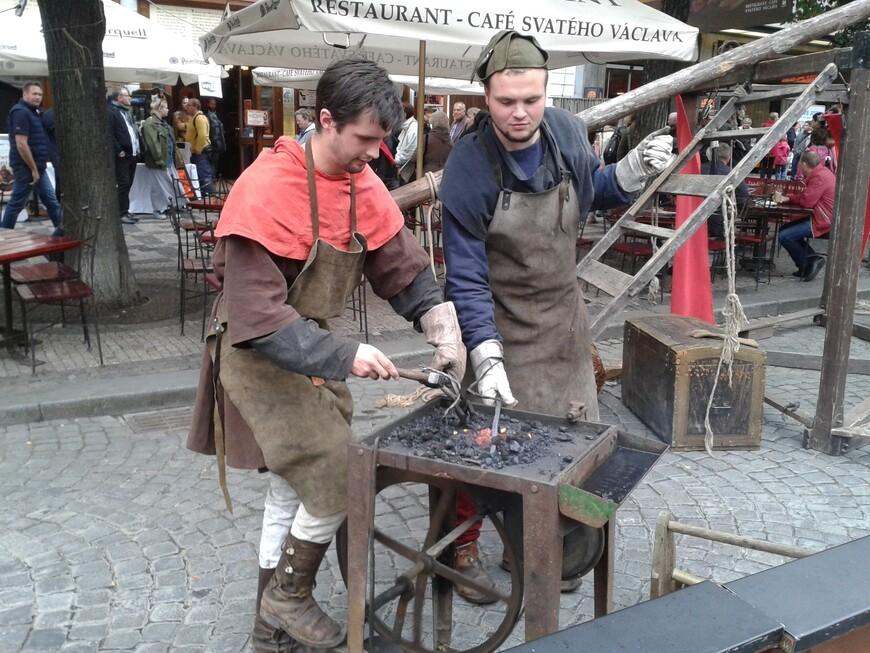 В Праге запросто можно встретить средневековых кузнецов :-) www.gidvprage.com