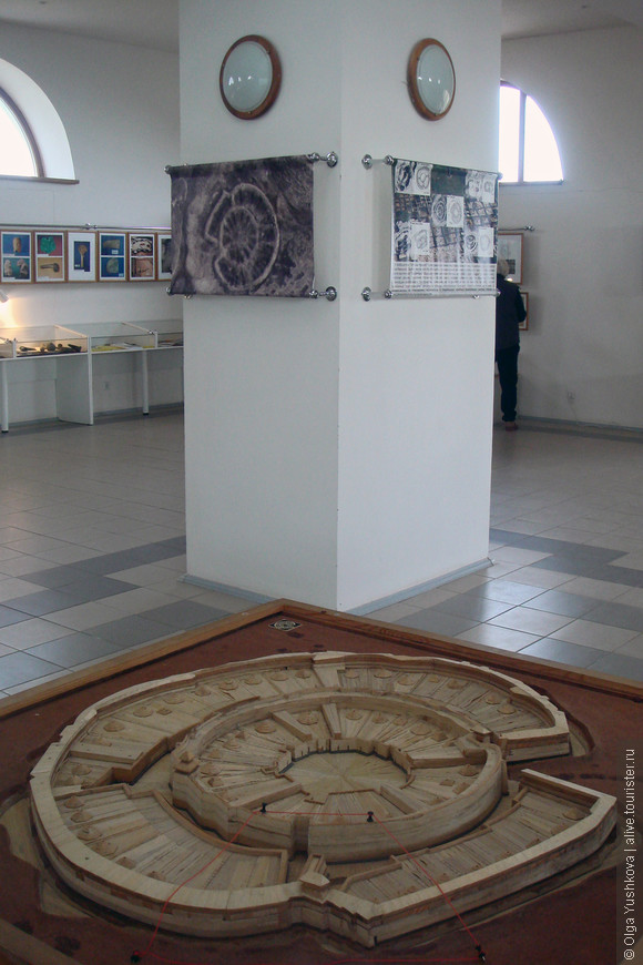 А это музей... И макет древнего города ариев... Город был круглый и построен был полностью из дерева...