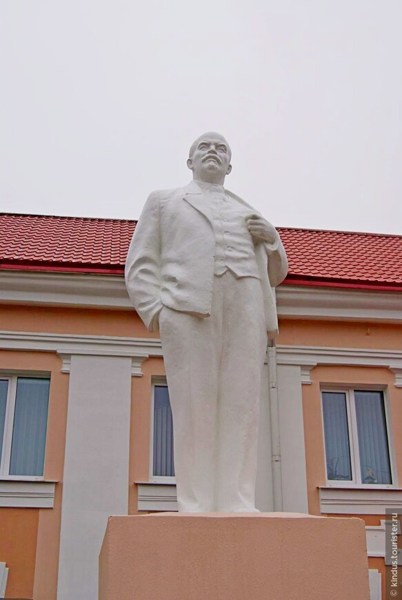 Упитанный свежевыкрашенный Ленин у здания городской администрации
