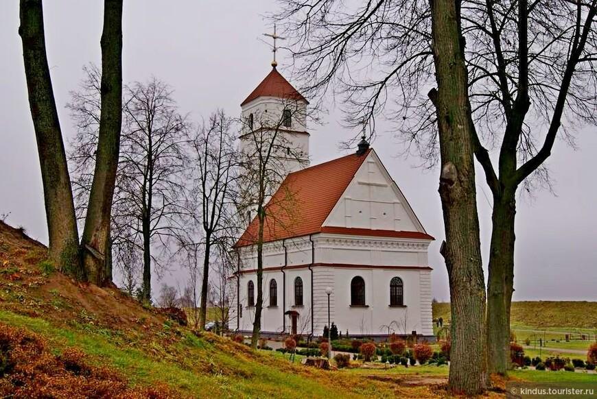Бывший кальвинский сбор, окружённый насыпными валами старого Заславского замка
