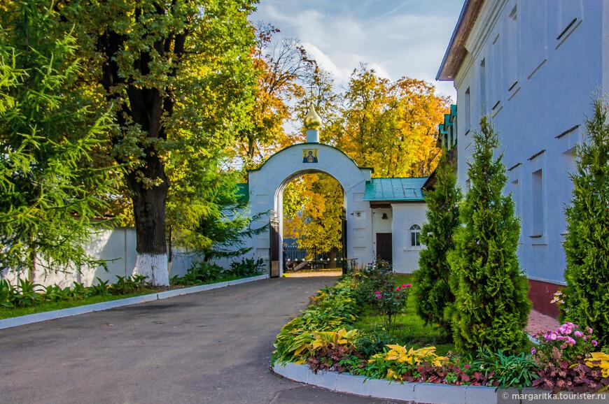 южные врата монастыря (черный вход)