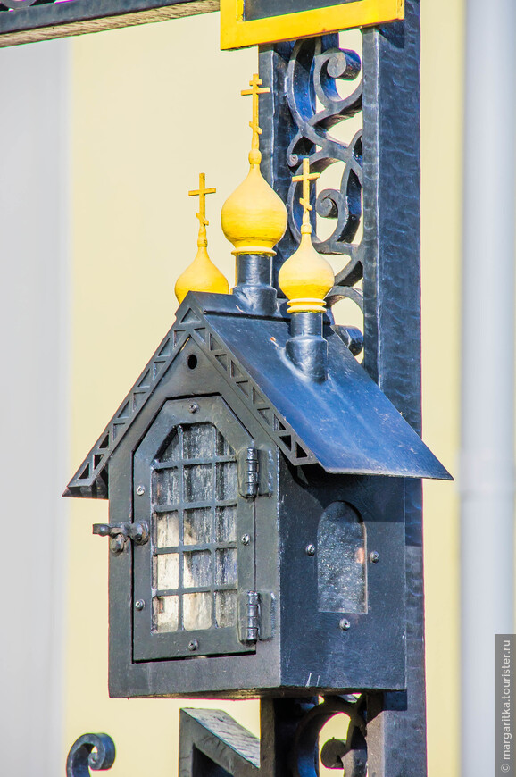 место для лампадки в виде часовни на надгробном кресте архимандрита Мельхеседека