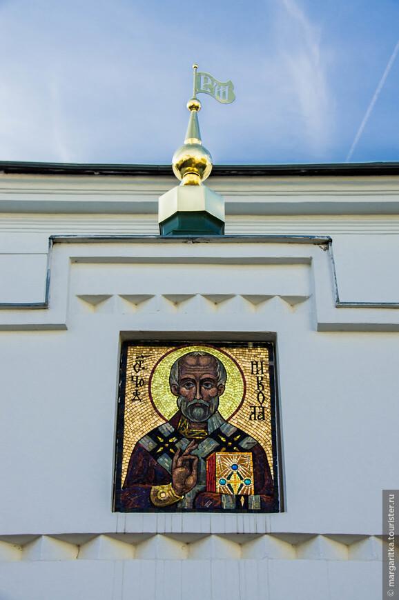 мозаичные иконы над одним из 3-х подъездов настоятельского (архиерейского) корпуса