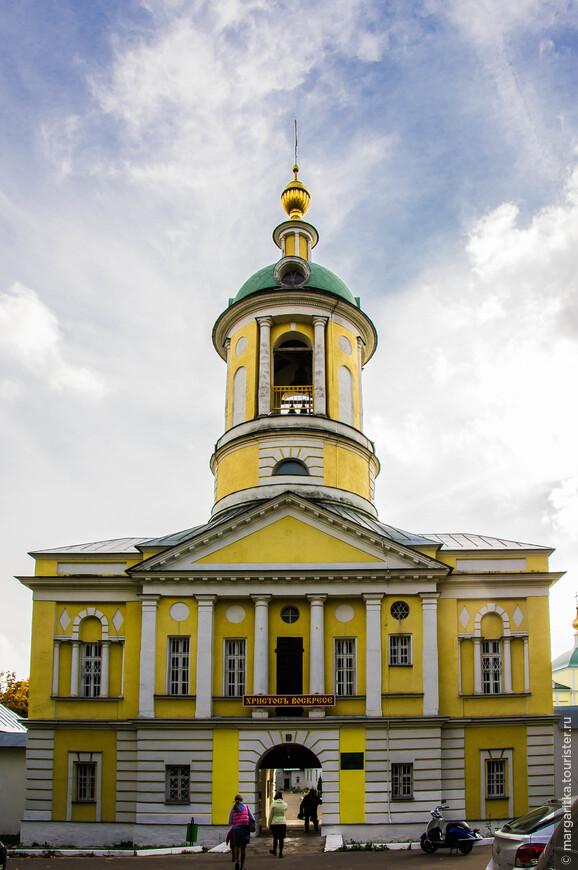 КОЛОКОЛЬНЯ С НАДВРАТНЫМ ХРАМОМ СВТ. ДИМИТРИЯ РОСТОВСКОГО. СЕВЕРНЫЕ ВРАТА МОНАСТЫРЯ. Hа северной стороне монастыря, в 1679году, была построена каменная колокольня над трапезной. На колокольню приобрели семь колоколов, звон был, по свидетельствам современников, «довольно благозвучный», и далеко распространялся по окрестностям. После 1757г. Старая каменная колокольня, обветшала и была разобрана. Кому интересны все подробности связанные с историей возникновения именно этой колокольни, можно прочитать тут: http://www.ekaterinamon.ru/index.php3?id=21