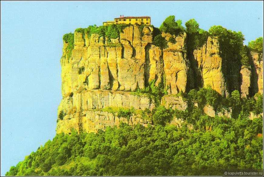 """После осмотра парка Гарроча мы направились в очень интересное место - Эль- фар ( фото  открытки, которую я купила во время обеда). По дороге в Рупит, не доезжая до него буквально километров 10-12,  усть указатель на """"Santuari Del Far"""". В зависимости от проложенного маршрута можно заехать туда до или после Рупита, но это просто необходимо сделать, поверьте. Правда придется подняться ещё немного. Там, на высоте 1123 метра открывается головокружительный вид на долину Сускеда (Susqueda) с её холмами, тропами и озерами."""