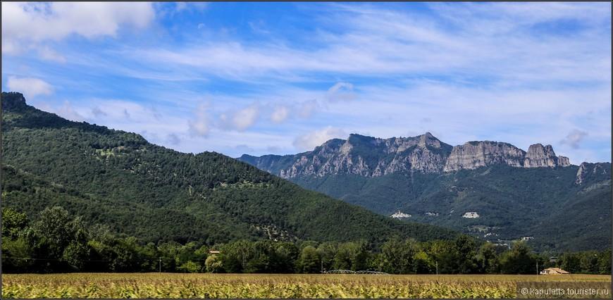 Десятая часть территорий Гарроча находится под строгой охраной, т.к. это заповедная зона. В большей части это древние вулканические конусы. Гарроча - это  последние вулканические образования Каталонии.