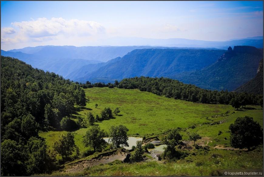 Многие экскурсии в заповеднике начинаются от местечка Олота. Именно отсюда легко пробраться в буковые леса Хорды, а также к близлежащим вулканам Кроскат и Санта-Маргарита. Информационный центр же под названием Can Serra можно найти прямо на шоссе GE 524 между Олотом и Санта-Пау.